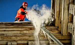 Как происходит уборка снега с крыши, примеры на фото и видео