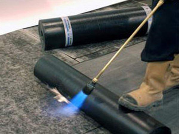 Наплавление рулонного материала на битумной основе с помощью газовой горелки