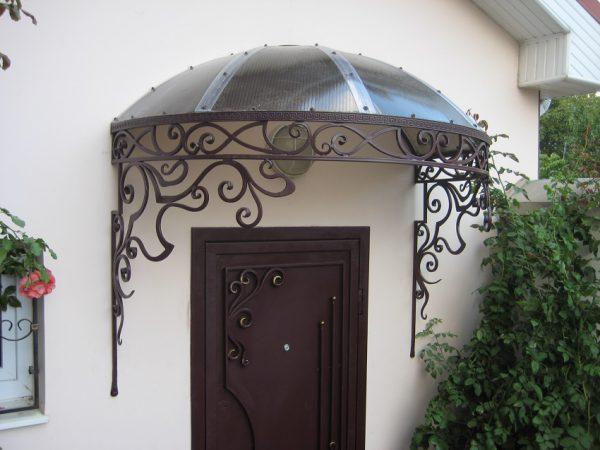 Купольный навес над входом из поликарбоната