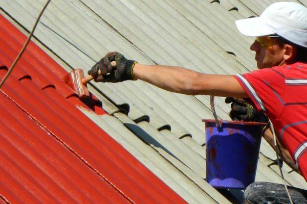 Окрашивание шиферной крыши с помощью кисти