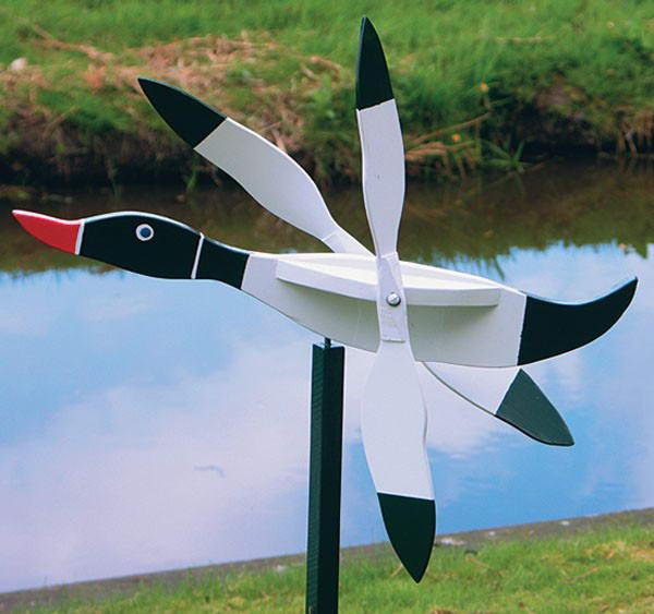 Самодельный ветряк в виде летящей утки из дерева