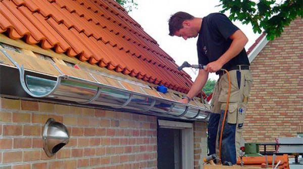 Монтаж отливов на скат крыши