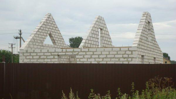 Фронтон, установленный до начала строительства крыши