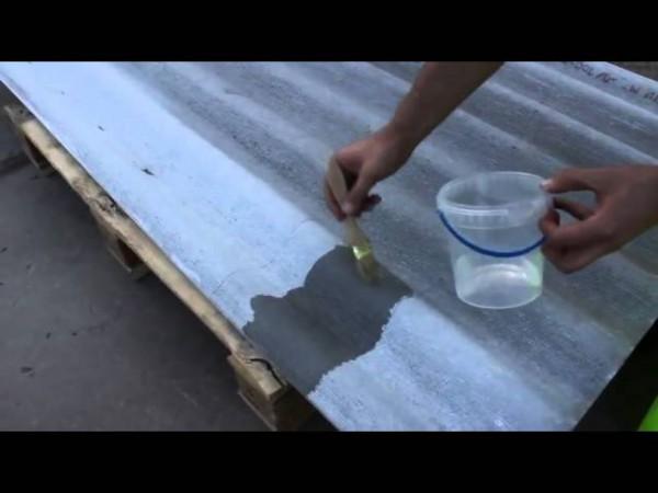 Нанесение грунтовочного состава на шифер