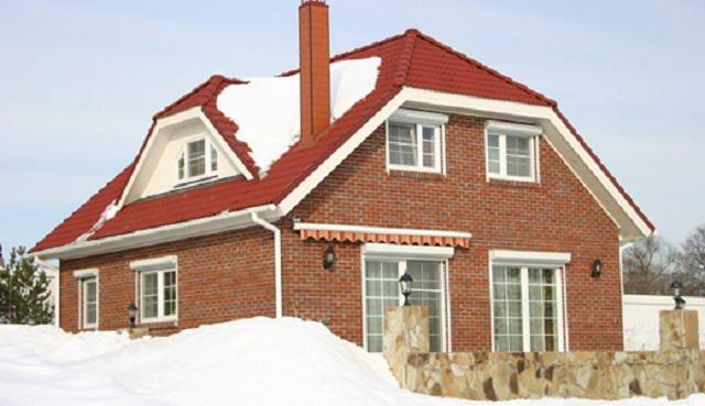 Полувальмовая крыша кирпичного дома
