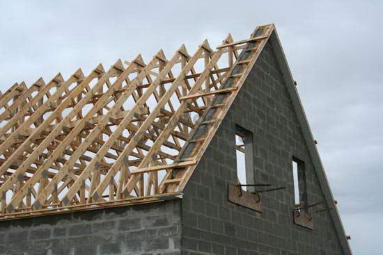 Кирпичный фронтон двухскатной крыши