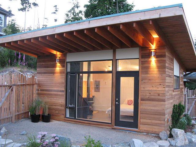 Надворная постройка с односкатной крышей