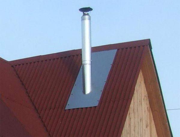 Проходной патрубок на крыше из профнастила