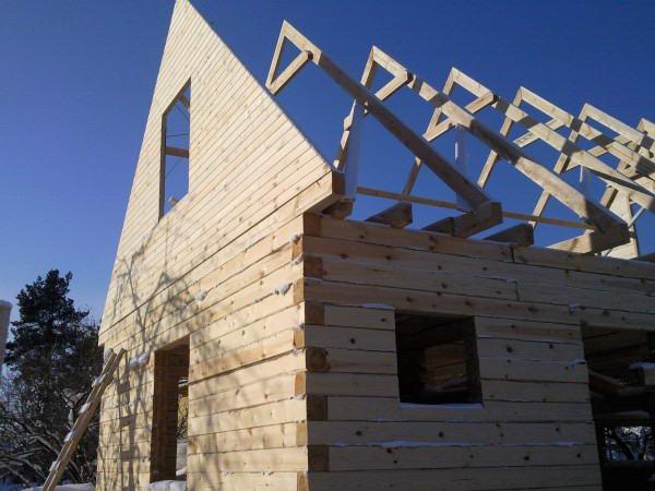 Монтаж фронтона перед возведением крыши