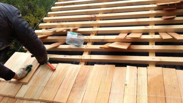 Процесс создания крыши из гонта