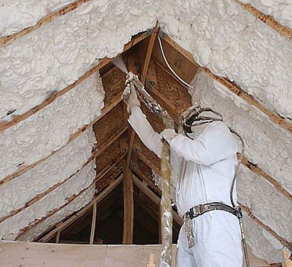 Напыление пенополиуретана на скат крыши