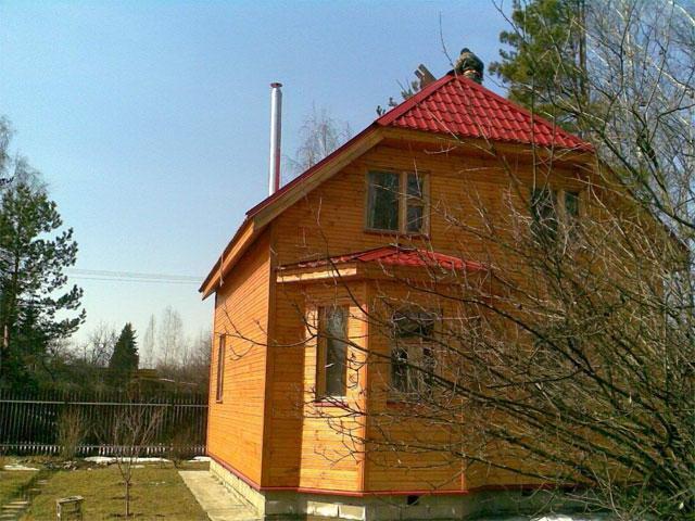 Деревянный дом с трехскатной крышей