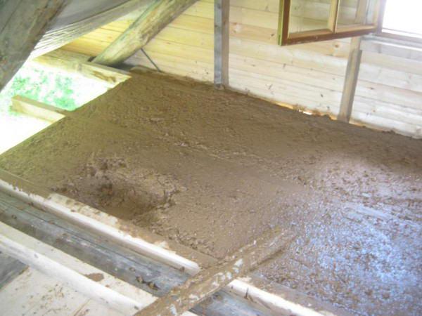 Термоизоляция крыши с помощью смеси опилок и глины