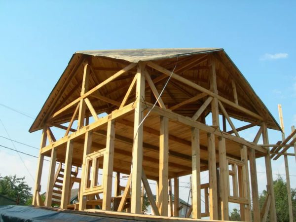 Строительство дома с оригинальной кровельной конструкцией