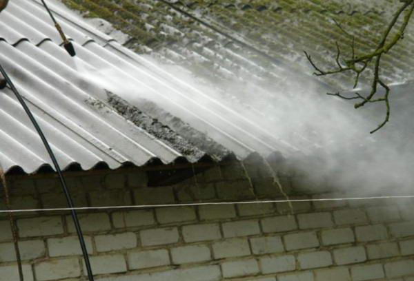 Процесс очистки крыши с помощью мощной мойки
