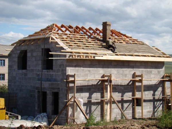 Строительство полувальмовой крыши