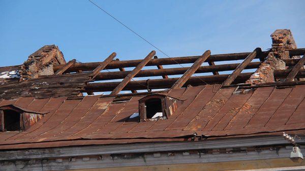 Снятие кровельного покрытия со скатной конструкции перед капитальным ремонтом
