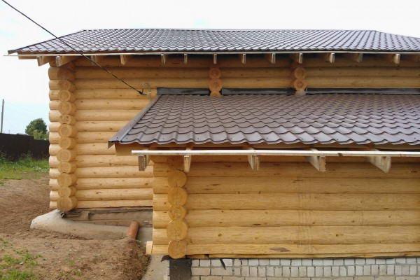 Баня с односкатной конструкцией крыши, пристроенная к дому