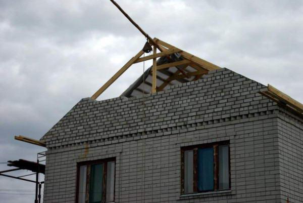 Устройство щипцовой стены после монтажа крыши
