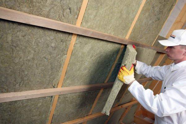 Процесс утепления ската изнутри каменной ватой