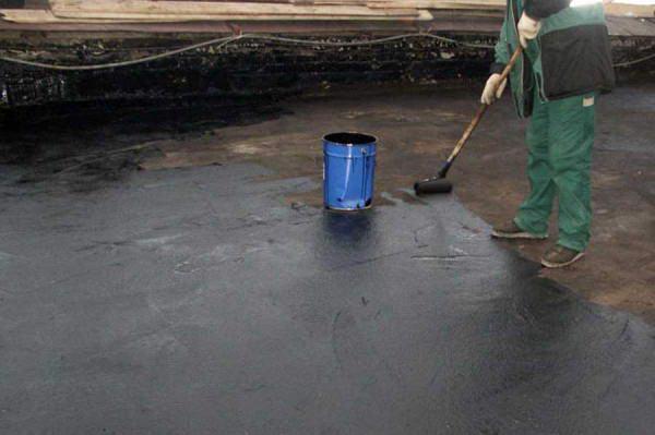 Нанесение на поверхность крыши битумной грунтовки