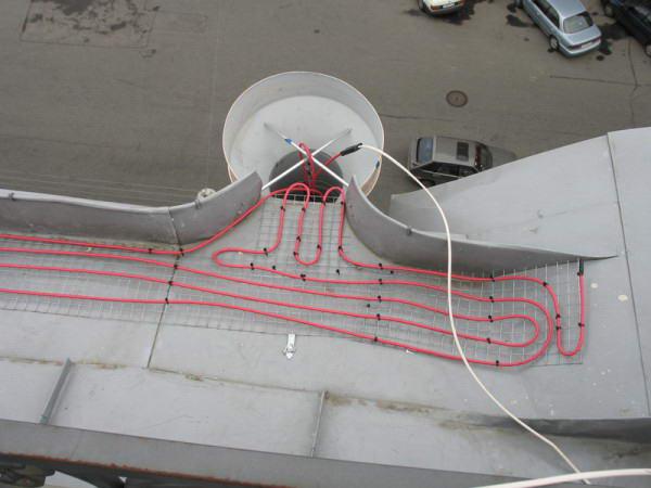 Монтаж нагревательного кабеля вокруг водоприемной воронки
