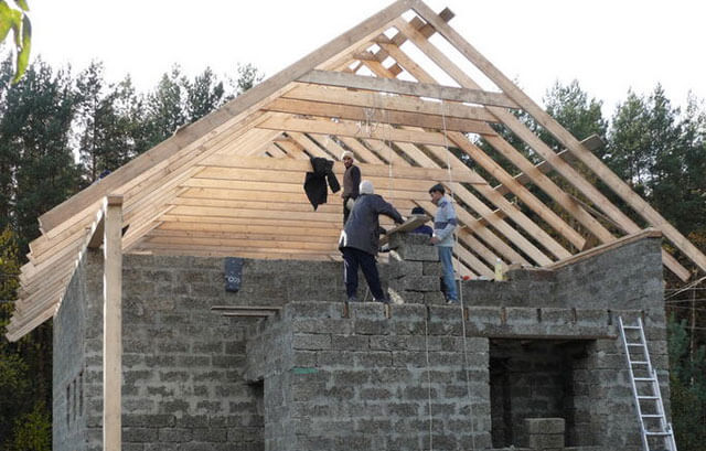как поставить двухскатную крышу