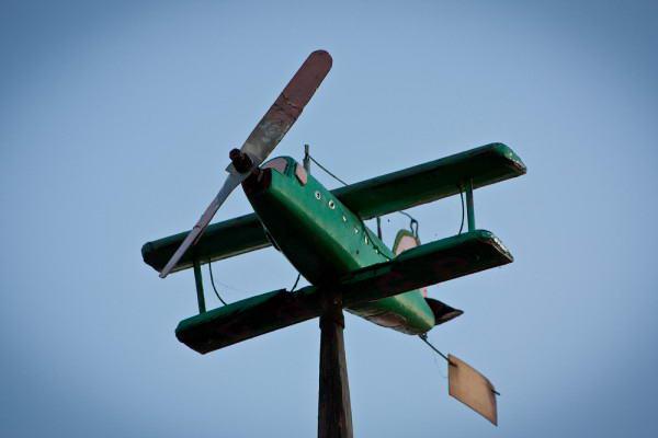 Ветряк в виде самолета, сделанный своими руками