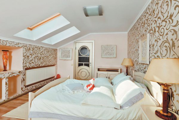 Мансардная комната в светлых тонах