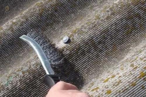 Чистка шифера металлической щеткой вручную