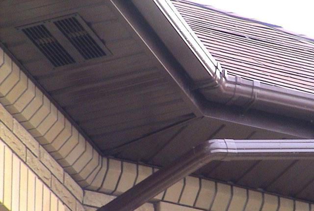 отделка свесов крыши софитом