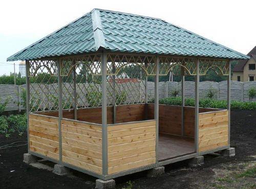 Беседка с вальмовой четырехскатной крышей