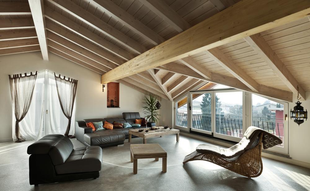 Чтобы обустроить комфортную жилую зону под крышей, придется приложить немало усилий