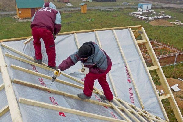 Даже на сложной крыше обрешетку можно набить своими руками.