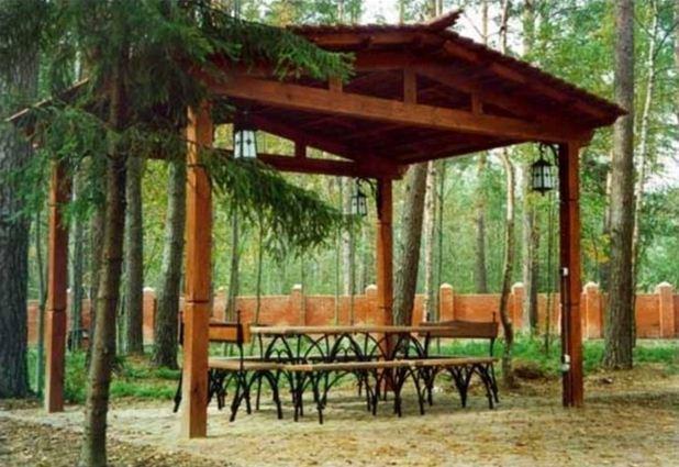 Древесина особенно хорошо гармонирует с загородным пейзажем.