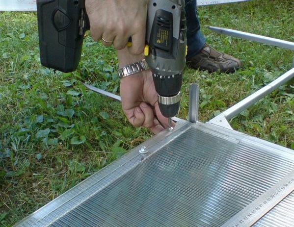 крепление монолитного поликарбоната к металлическому каркасу