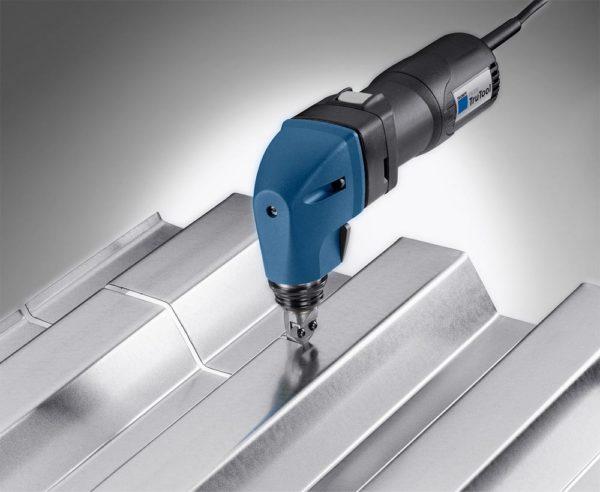 Электрические ножницы очень быстро и качественно режут профлист с любой высотой волны