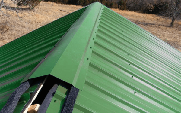 Это оптимальный вариант коньковой конструкции на крыше из профнастила