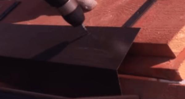 Фиксация карнизной планки с зацепом за край желоба.