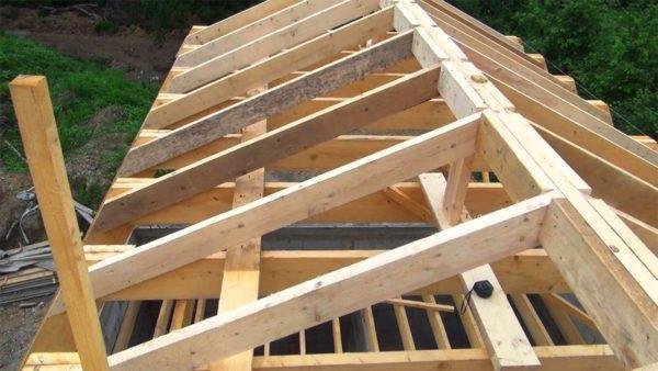 Фото наслонной стропильной конструкции — она монтируется, если в доме есть центральная несущая стена