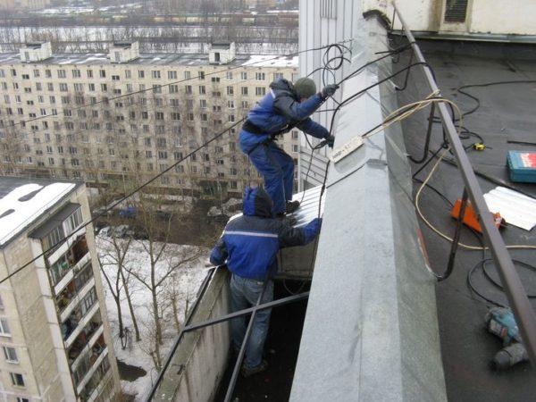 Инструкция для высотных работ не допускает отсутствие страховки.