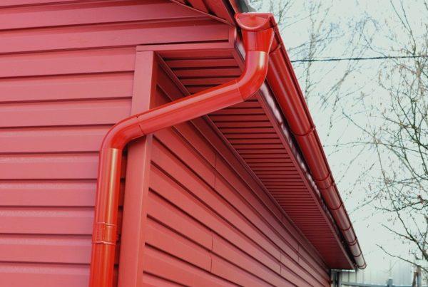 Из широкого ассортимента водостоков можно подобрать вариант в цвет фасада