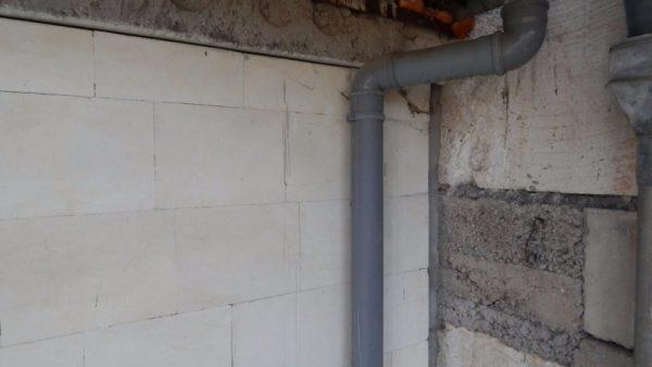 Канализация второго этажа соединяется с септиком проложенной прямо по фасаду трубой.
