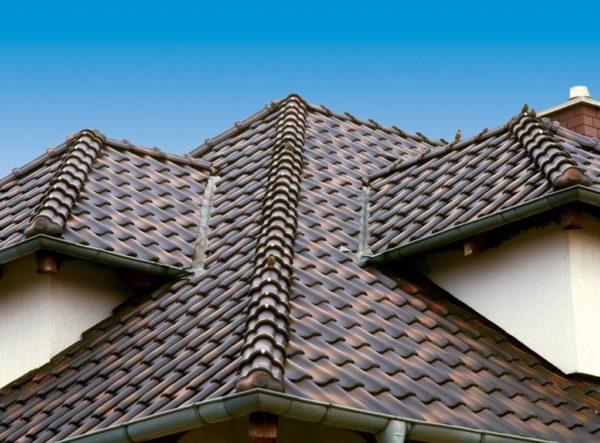 Керамическая черепица на крыше — признак достатка и благополучия хозяев