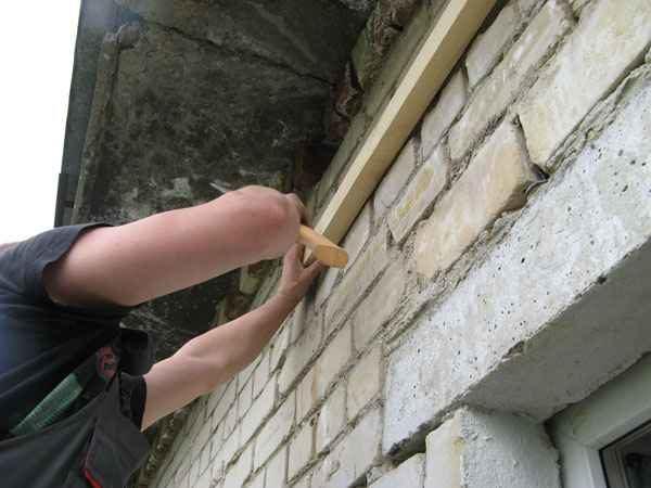 Крепим к стене опорную балку из бруса.