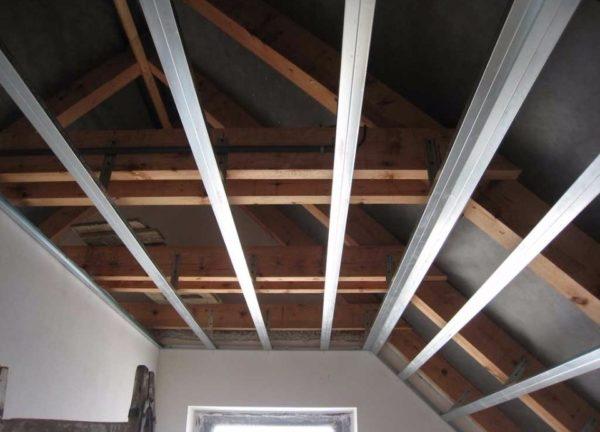 Крепление каркаса гипсокартонного потолка к фронтонам и стропильной системе мансарды.