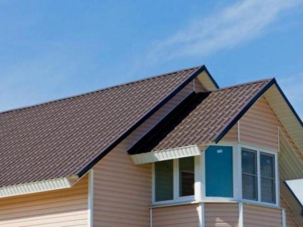 Крыша металлочерепица в готовом виде смотрится очень аккуратно