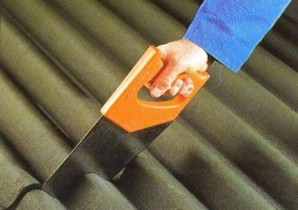 Материал легко режется обычной пилой.
