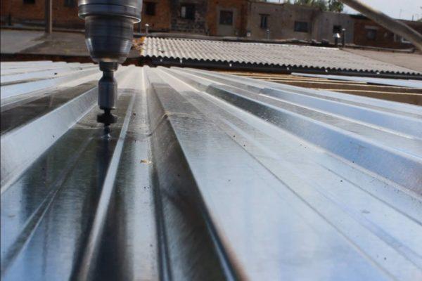 Металлическая крыша своими руками: профлист крепится к обрешетке саморезами с резиновыми прессшайбами.