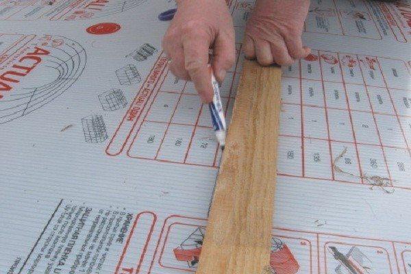 Между метками проводятся линии, для этого используется уровень или ровная рейка